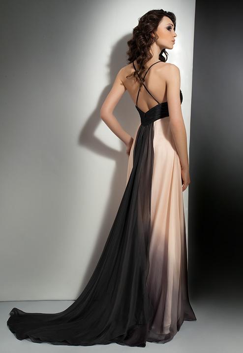 С другой стороны, если дресс-код мероприятия предполагает длинные платья-макси, то он требует от мужчин смокинга. Вряд ли ваши одноклассники поддержат вас в
