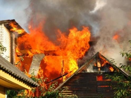 Соседи помогли пенсионерам выбраться из горящего дома