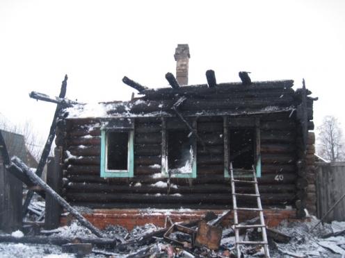 Женщина, надышавшись угарным газом, смогла вынести дочку из горящего дома