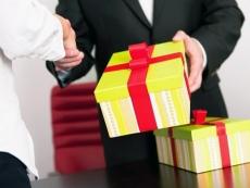 Подарки чиновникам государство будет продавать, уничтожать либо передаривать