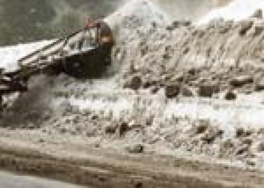 На обочинах дорог в Йошкар-Оле выросли трехметровые сугробы