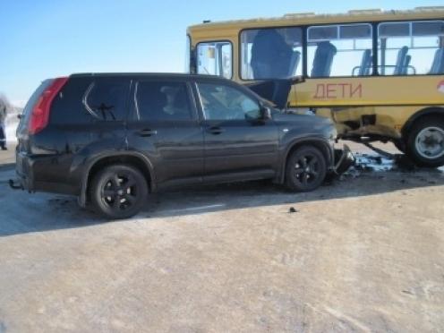В Параньгинском районе школьный автобус столкнулся с внедорожником