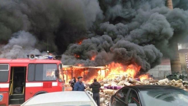 В Казани горит крупный торговый центр «Адмирал»