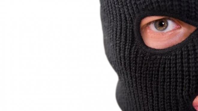 Неизвестный в маске похитил 20 тысяч рублей из магазина автозапчастей