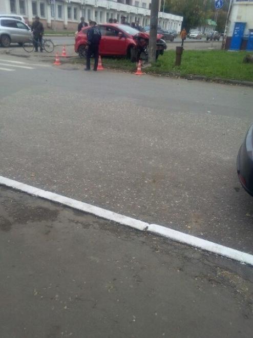 В Йошкар-Оле водитель, не имеющий прав управления, протаранил столб