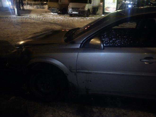 Автовладельцы на стоянке потушили загоревшийся автомобиль