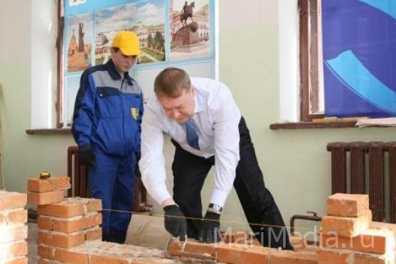 Глава Марий Эл соревновался в кладке кирпичей с учащимися строительного техникума