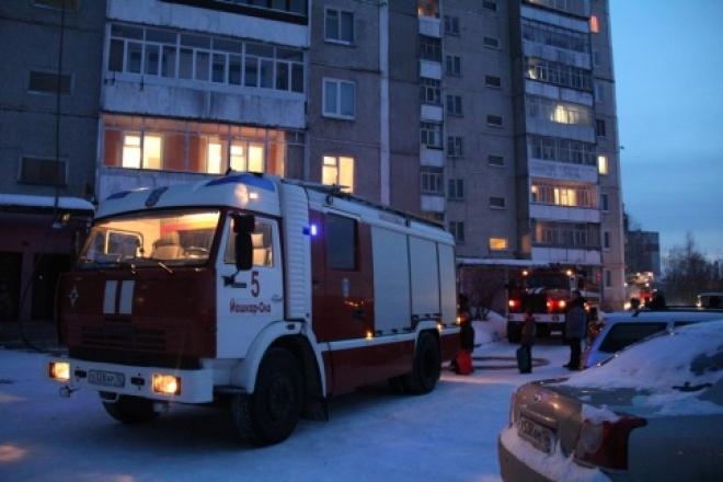 Пожарные в Йошкар-Оле спасли из горящей квартиры мужчину с ребенком
