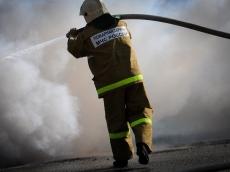 Волжские пожарные вытащили из горящей иномарки спящего мужчину