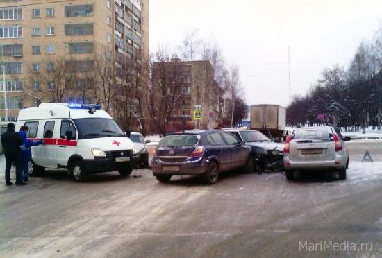 На перекрестке улиц Советская и Хасанова столкнулись четыре машины