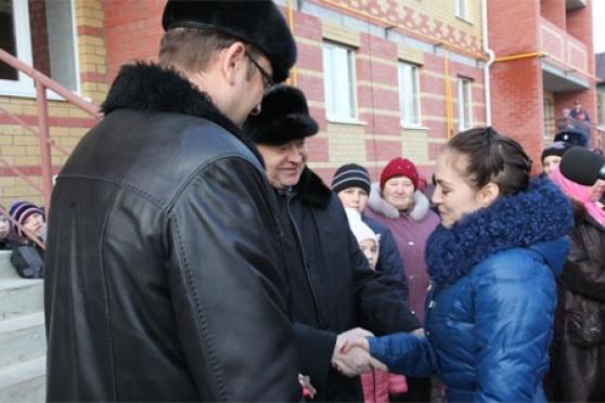 Леонид Маркелов вручил ключи 39 новосёлам поселка Новый