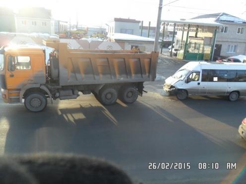 В Йошкар-Оле микроавтобус врезался в самосвал. Есть пострадавшие