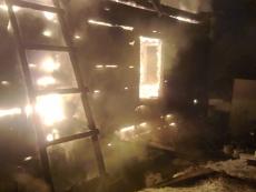 На пожаре в Козьмодемьяске травмирован пенсионер, сгорели дом и баня