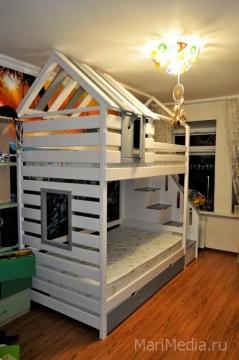 Красивая и удобная двухъярусная кровать домиком отлично подойдет семье с двумя детьми.