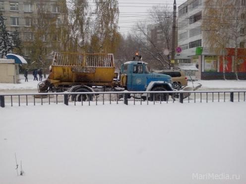Снегоуборочная техника борется со снежной стихией