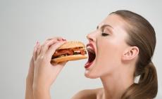 Фастфуд, чипсы и газировку приравняют к алкоголю