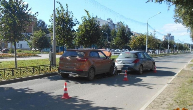 Три человека попали в больницу после столкновения двух машин