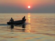 В Волжском районе двое мужчин перевернулись на моторной лодке