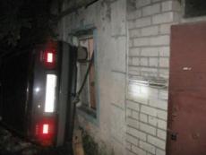 Необычное ДТП в Марий Эл: машина врезалась в дом, водитель упал в канализацию