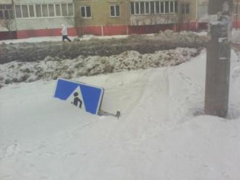 В Йошкар-Оле дорожный знак, сорванный порывом ветра, так и остался лежать в сугробе