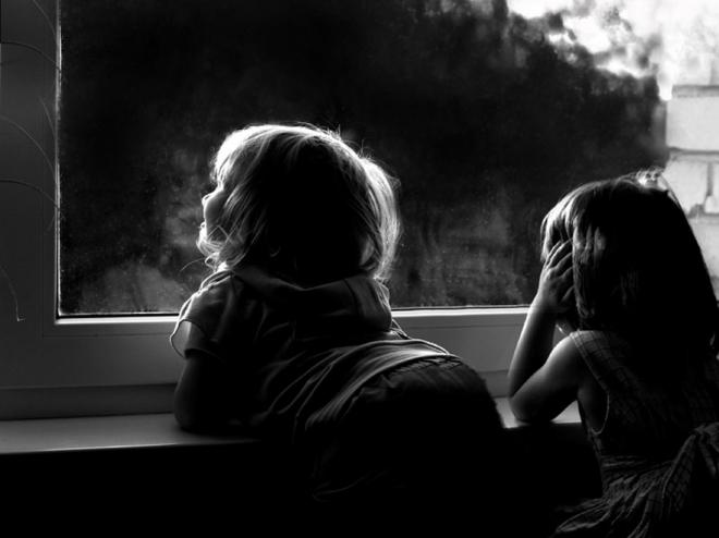 В школах и детских садах на окна поставят замки