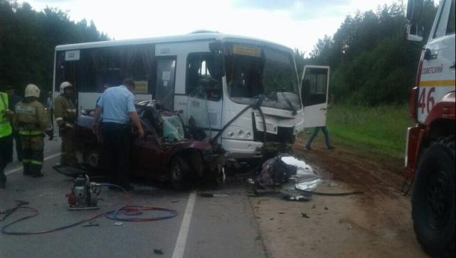 Двое погибли вДТП слегковушкой иавтобусом вМарий Эл
