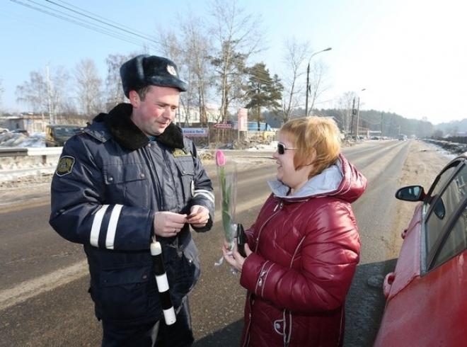 Сотрудники ГИБДД останавливают машины и дарят цветы женщинам-водителям
