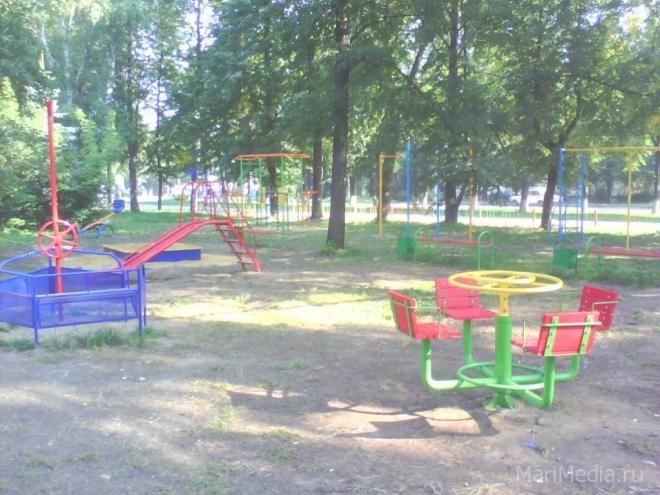 В поселке Медведево детскую игровую площадку перенесут в безопасное место