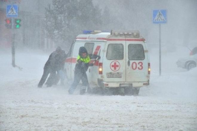 Машины скорой помощи не могут пробиться сквозь сугробы к пациентам