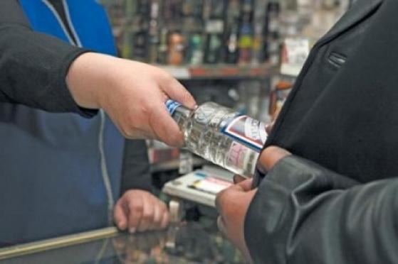 Сотрудники несуществующего отдела защиты прав потребителей вымогали у предпринимателей алкоголь