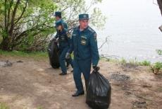 Сотрудники МЧС навели порядок на прибрежных участках рек