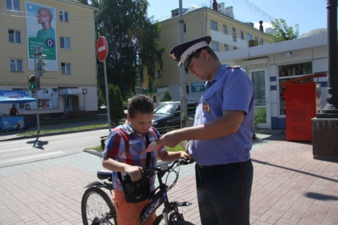 Инспекторы ГИБДД напомнили юным велосипедистам Правила дорожного движения