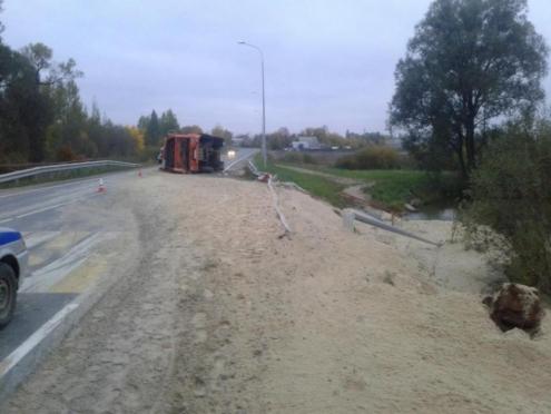 «КамАЗ» перевернулся на трассе — девушку-пассажира выбросило под мост в водоем