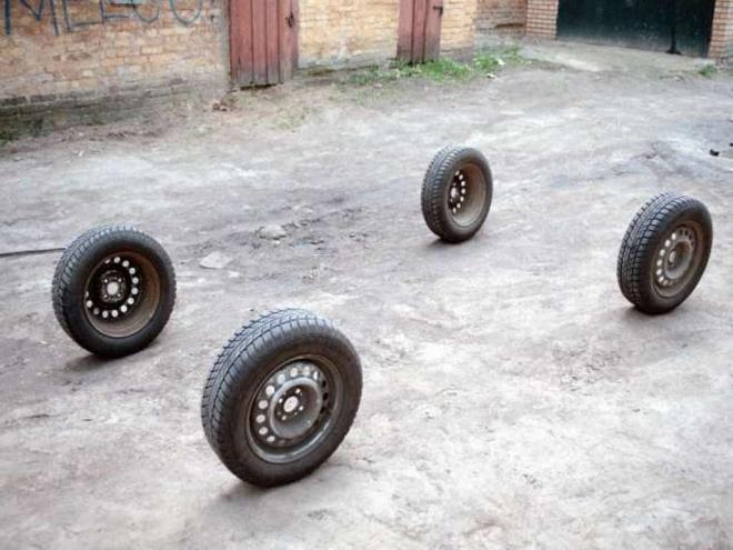В краже автомобильных колес оказались замешаны подростки