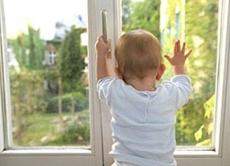В поселке Куженер двухлетняя девочка выпала из окна