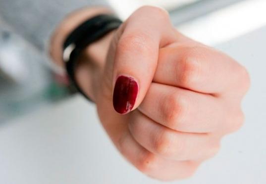 Молодая женщина избила пожилую мать и сломала ей руку