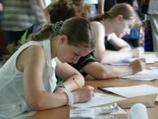 Ученики 9 классов знакомятся с расписанием ГИА