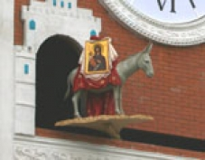 Четвероногий символ Йошкар-Олы - ослик - готовится пойти назад