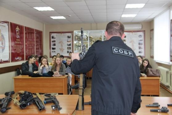 Сотрудники СОБРа выступили в роли экскурсоводов