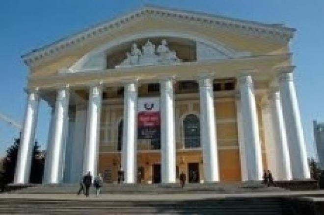 На Патриаршей площади установили театральные подмостки