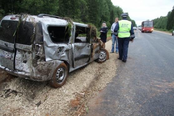 Субботним утром в Марий Эл легковой автомобиль опрокинулся в водоем