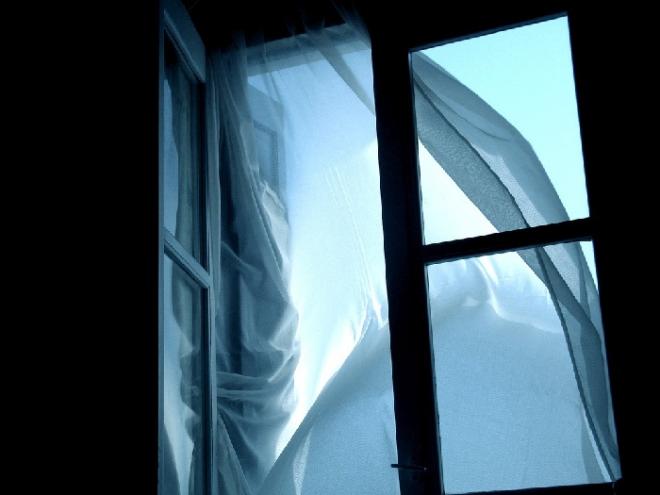 16-летняя школьница выбросилась из окна третьего этажа из-за неразделенной любви