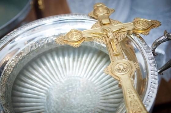 В православных храмах освящают воду