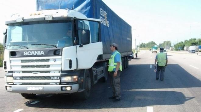 Инспекторам Ространснадзора разрешили досматривать грузовики