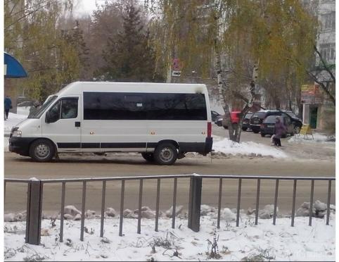 Неуправляемая маршрутка с пассажирами едва не протаранила легковой автомобиль на остановке