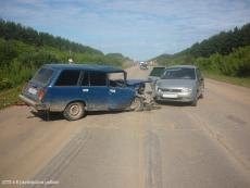 Два автомобиля не поделили сельскую дорогу