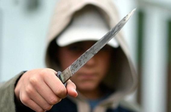 В Марий Эл мужчина напал на двоих с ножом и угнал их авто