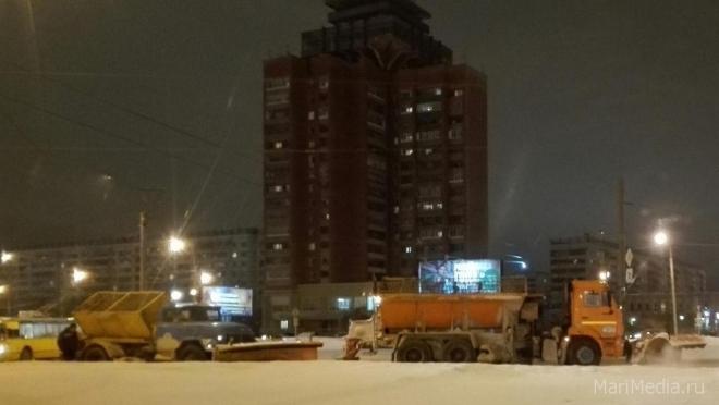 Ночью снегоуборочная техника будет работать на улице Эшкинина