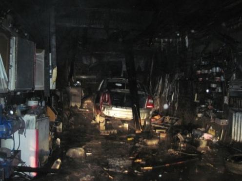 В поселке Советский мужчина едва не сгорел в гараже, поджигая машины