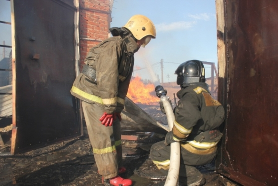 В выходные пожарные Марий Эл тушили сено, уборочный инвентарь, детскую коляску